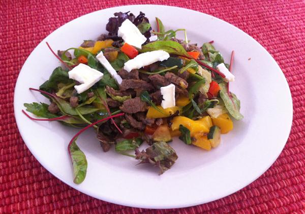 Maaltijdsalade met rundvlees, perzik en brie