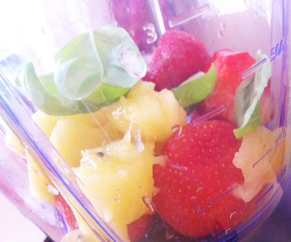 Ingredienten smoothie met aardbei, meloen en basilicum