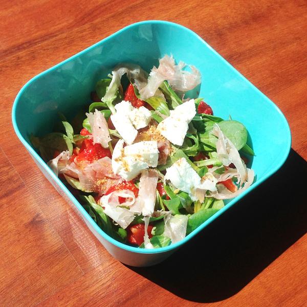 Salade met aardbei, ham en mozzarella