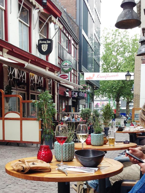 Naast de Markt in Utrecht; terras
