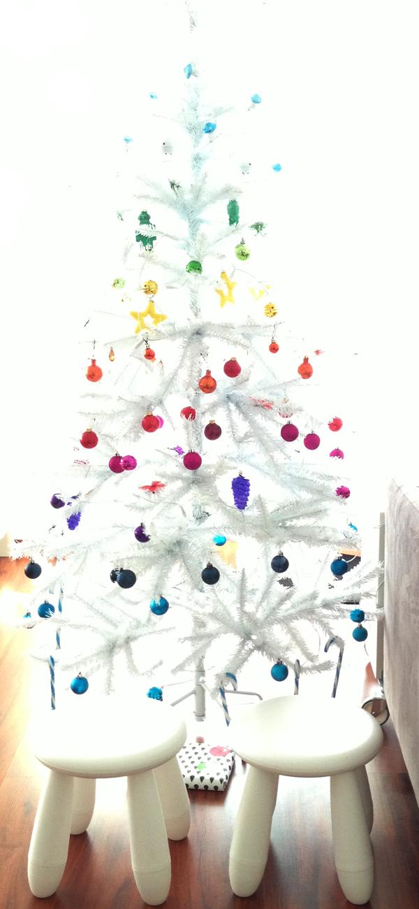 Witte kerstboom met regenboogversiering